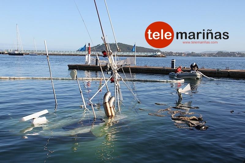 FOTO BANDALLO // Personal del puerto deportivo delimitando con barreras de protección absorbentes el buque hundido