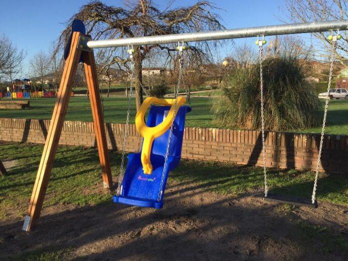 Primer columpio de O Baixo Miño en el parque infantil de Pías, en O Rosal