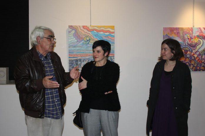 Manuel Chapela presentando su muestra en el Centro Cultural de A Guarda