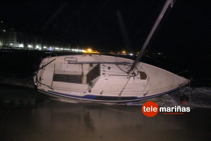 Velero encallado playa Santa Marta de Baiona