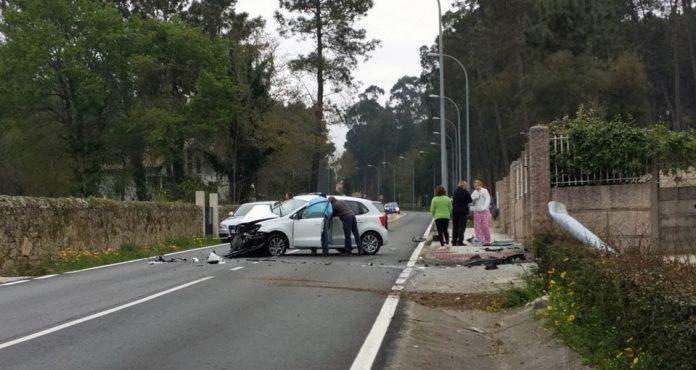 Herida al salir su coche de la vía y chocar contra una farola y un muro en Tomiño