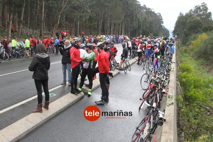 Cientos de ciclistas homenajean a su compañero fallecido en A Guarda