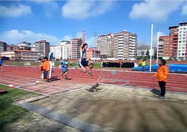El atleta guardés, Sergio Rodríguez Teixeira, vuela más de siete metros en el salto de longitud del Trofeo Reconquista