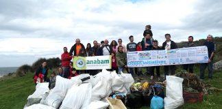 Recogen cinco metros cúbicos de basura en la costa de O Rosal