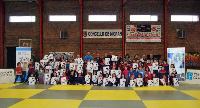 Más de 81 alumnos de primaria participan en una jornada de iniciación al judo en Panxón