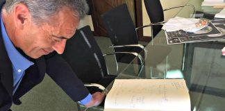 El exatleta, José Manuel Abascal, firma en el libro del Concello de Nigrán