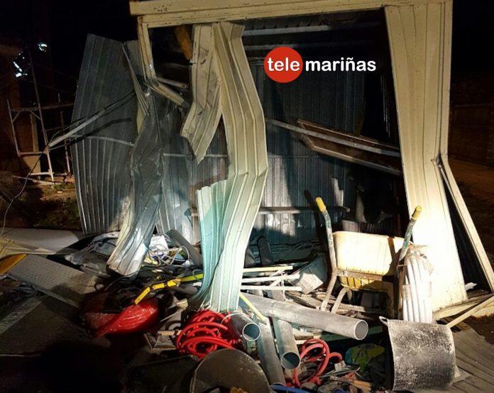 Un conductor se estrella contra una caseta y un andamio en Camposancos