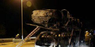 Calcinados seis coches que transportaba un trailer en O Porriño