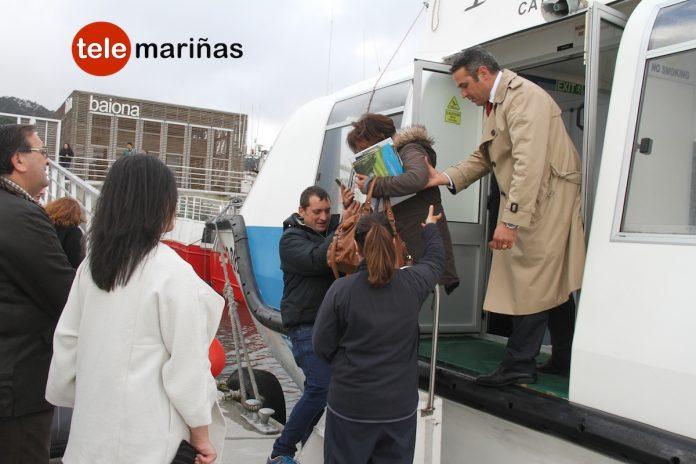 El turismo llega desde el mar a Baiona