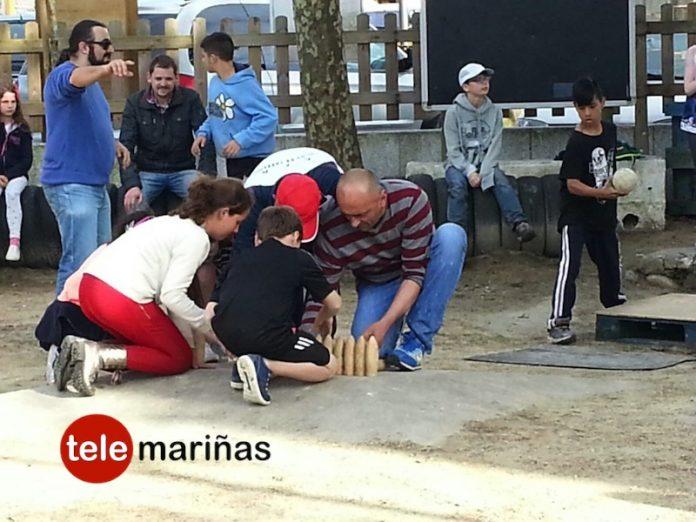 Alumnos de un colegio inglés juegan a los bolos y a la petanca en A Carrasca