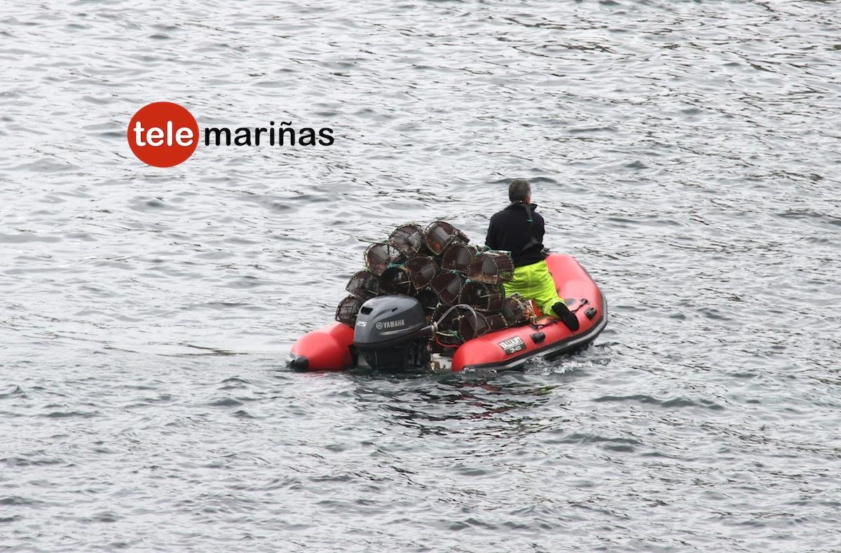 RUBENS // Los agentes a bordo de la zodiac requisando las nasas en la costa de Baredo.