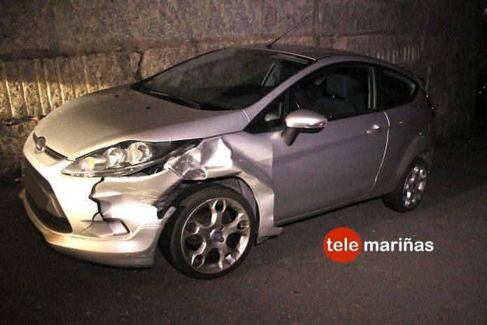 Choca contra dos coches y escapa dejándose la matrícula en Baiona