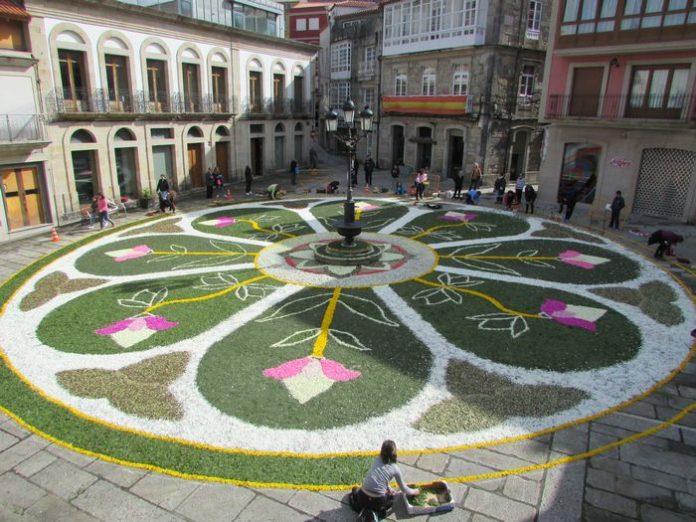 La lluvia no deslució las alfombras florales de A Guarda