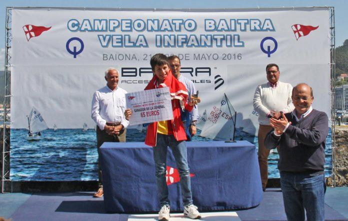 Ricardo Fernández gana el campeonato de vela infantil en Baiona