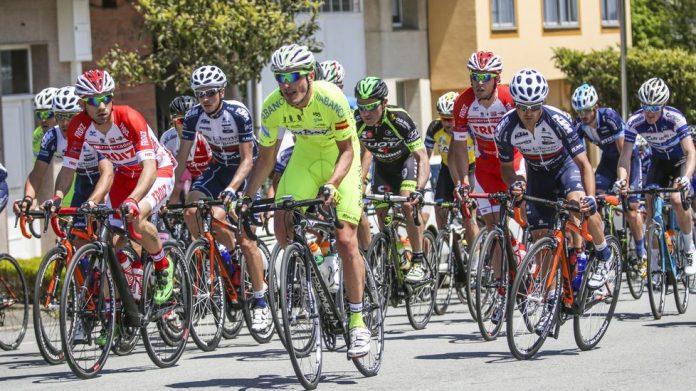 El Rías Baixas se queda con la miel en los labios en la segunda etapa de la Volta a Coruña