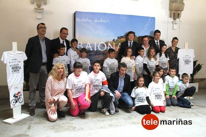 BANDALLO // Alumnos de Baiona recibieron camiseta con el eslogan La Vuelta Arriba a Baiona