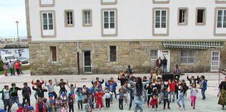 Alumnos de los colegios de A Guarda asistieron al espectáculo de música y danza Sene-Galego