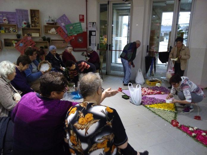 Tomiño expone tapices florales hechos por personas mayores