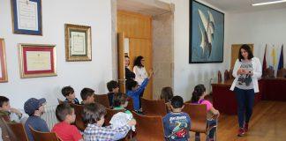 Alumnos de primaria visitan el Concello de Baiona