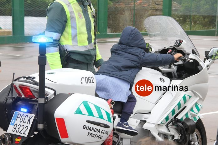 Escolares de A Guarda conocen el día a día de la Guardia Civil