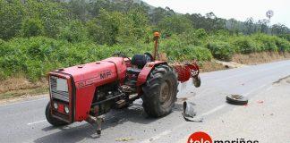 Herida al colisionar su coche contra un tractor en O Rosal