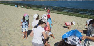 Los alumnos del colegio de Sabarís limpian la playa baionesa de A Ladeira