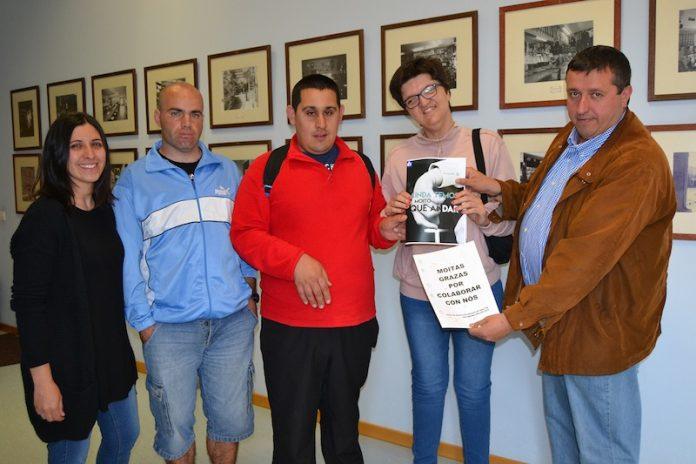 San Xerome entrega un ejemplar de su revista al concelleiro de servicios sociales de Tui
