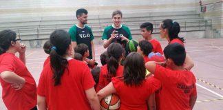 Dos jugadores del VGO Basket visitan al Club Baloncesto Nigrán