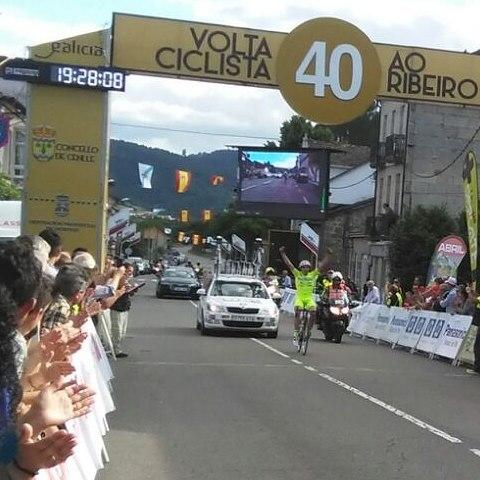 Gran victoria de Aser Estévez en la Volta Ciclista ao Ribeiro