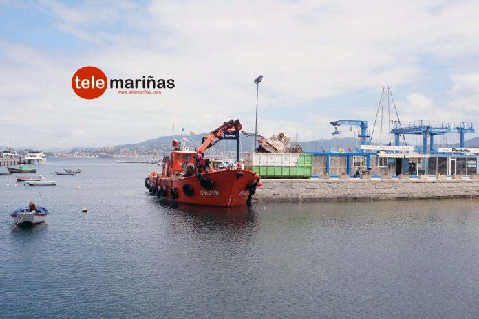 Retiran, a trozos, el 'Vasskar' en el puerto deportivo de Baiona