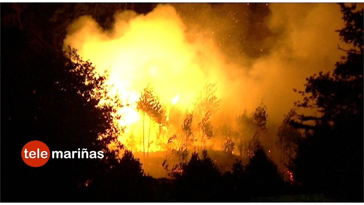 BANDALLO // El incendio estaba muy próximo a las casas en Baredo.