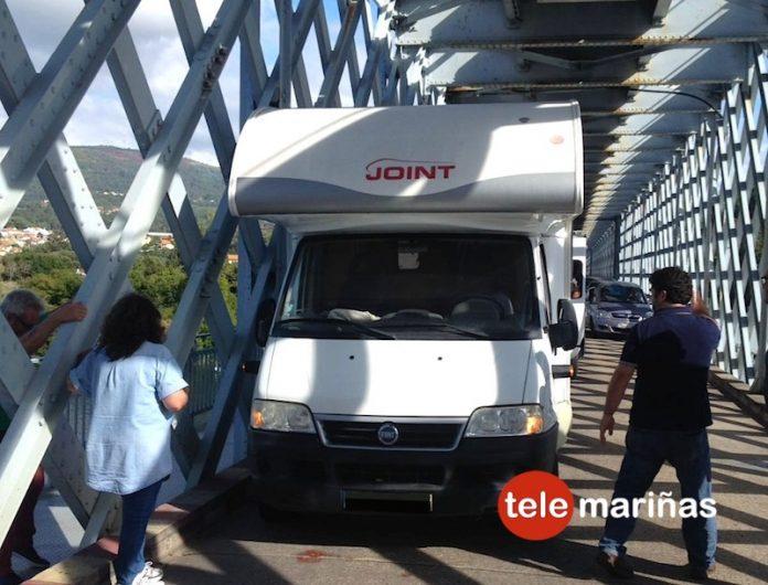 Una autocaravana queda atrapada en el Puente Internacional de Tui