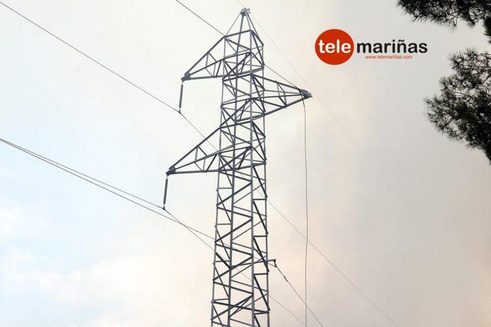 Un cable de alta tensión causa un incendio forestal en Ribadelouro