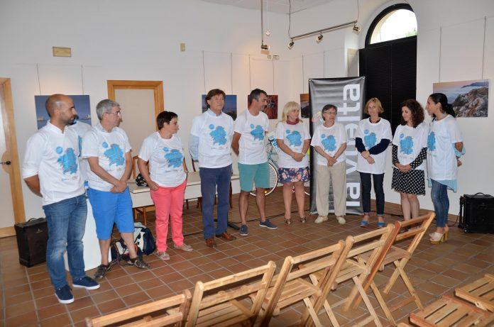 Presentan la iniciativa 'Camisetas Solidarias La Vuelta 2016' en el Centro Cultural de A Guarda