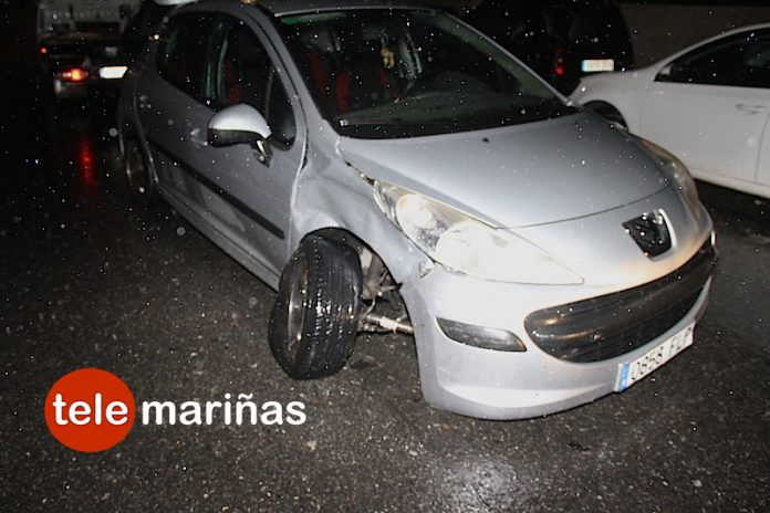 Se despista al volante y choca contra un coche estacionado en Sabarís