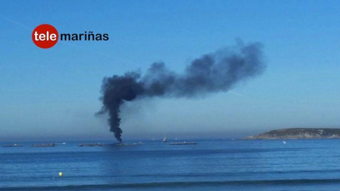 Arde un barco de recreo en la bahía de Baiona