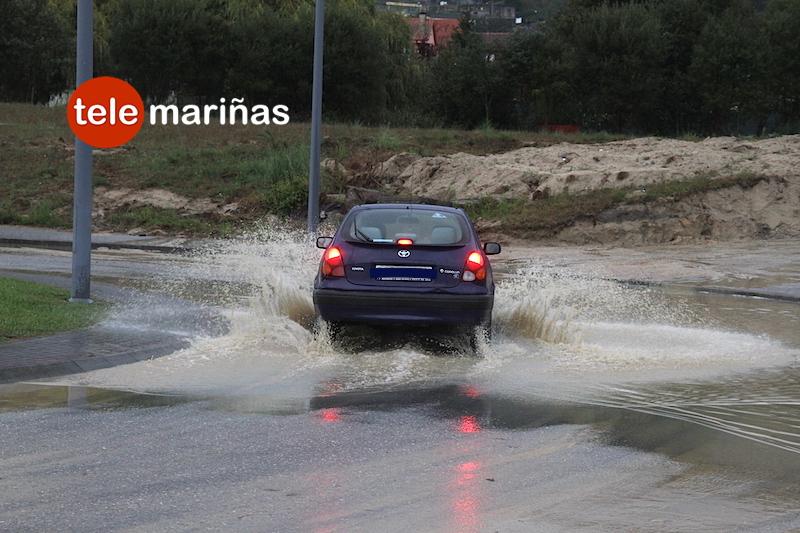 BANDALLO // Un vehículo circulando por la rotonda afectada en Porto do Molle