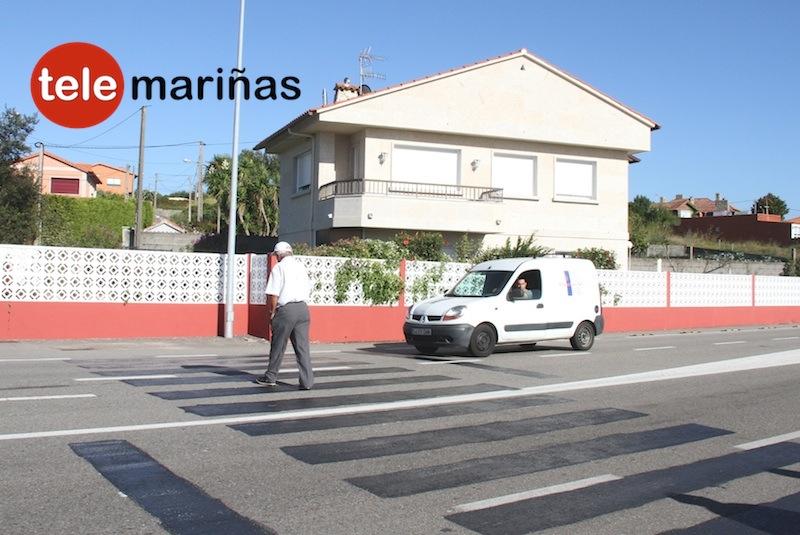 BANDALLO // Un vecino pasa por el paso de peatones borrado por la Xunta de Galicia
