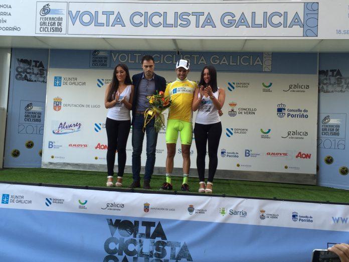 Samuel Blanco, del Club Ciclista Rías Baixas, se viste de líder en la Volta a Galicia