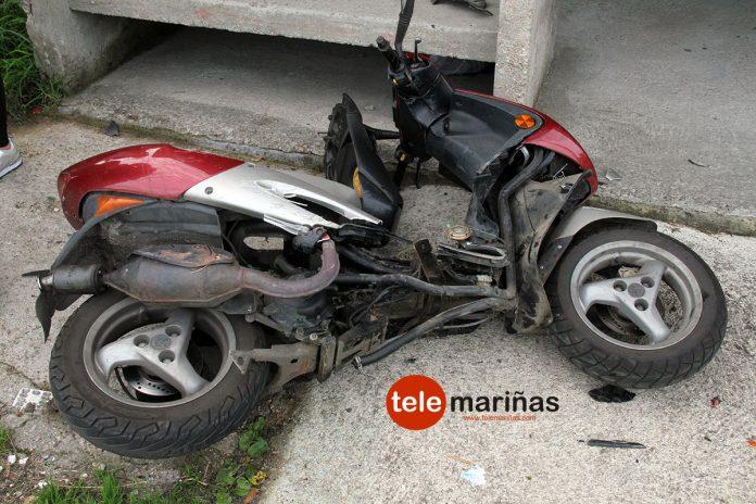 Herido un septuagenario al colisionar una moto y un coche en un cruce de Mañufe