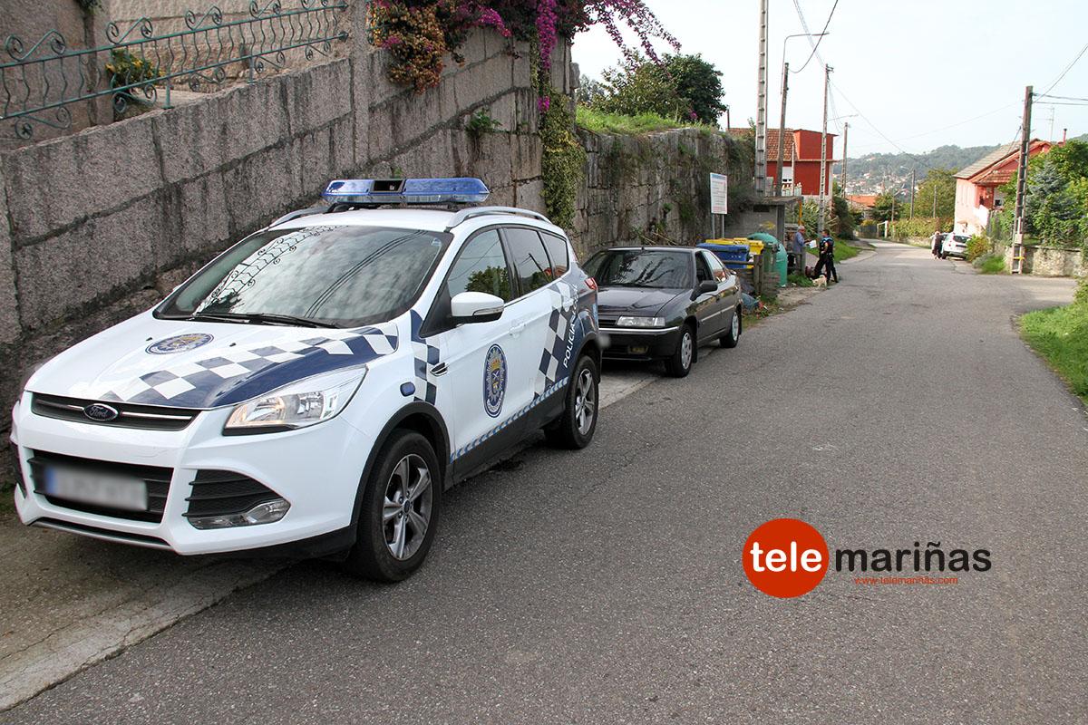 FOTO RUBENS // La patrulla de la Policía Local, y detrás, el turismo implicado en el accidente y el cruce donde tuvo lugar la colisión.