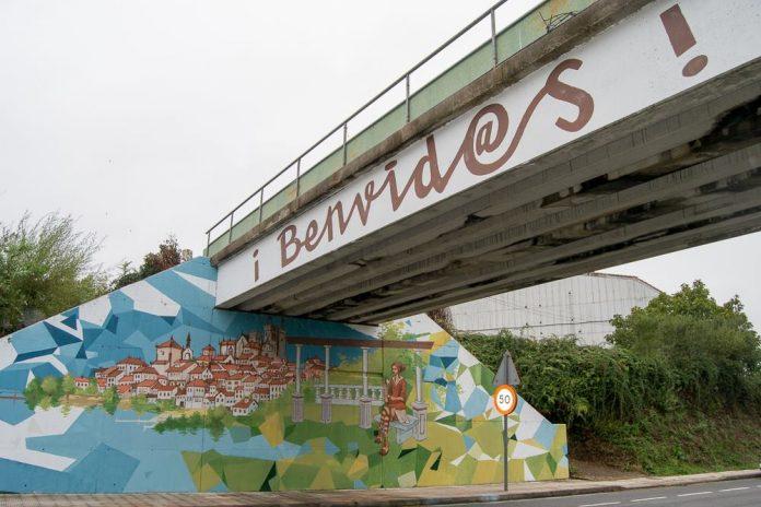 El casco urbano tudense y el Monte Aloia bajo un puente de Tui que da la bienvenida