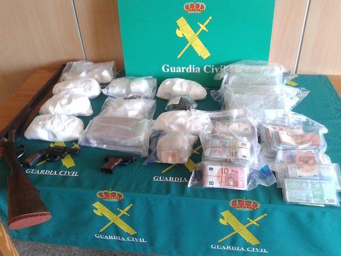 Macrooperación antidroga: 11 detenidos, un laboratorio en Tomiño, cocaína, heroína, 100.000 euros en efectivo, armas y vehículos de alta gama