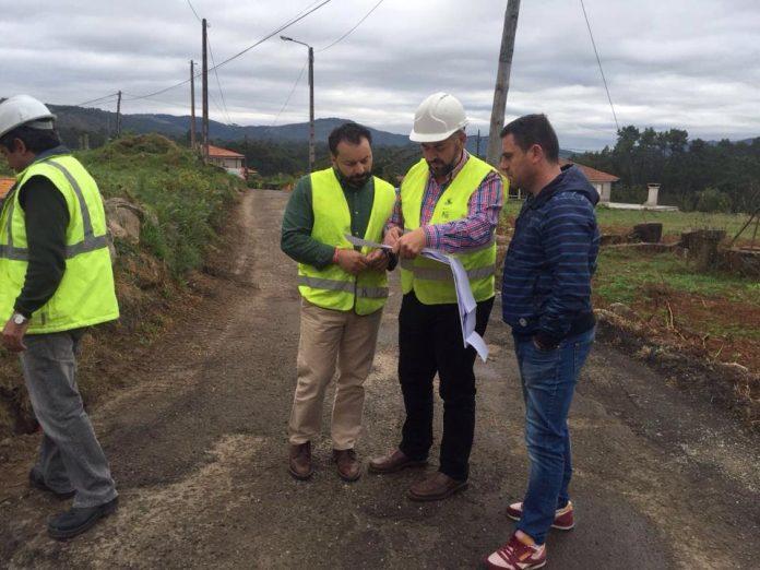 Francisco Ferreira visita el avance de las obras en las calzadas del barrio de Cerreda-Xiada en Vincios