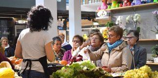 Vecinas de Moaña visitan el mercado de Tomiño