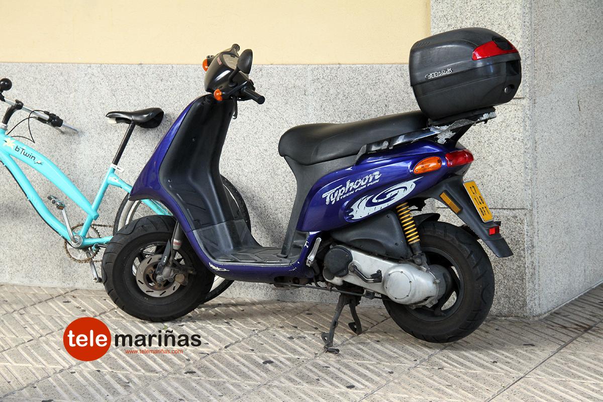 RUBENS // La moto en la que viajaban tras sufrir el accidente en la Rúa Cuba.