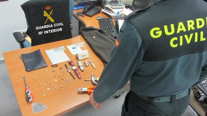 La Guardia Civil detiene en A Cañiza a dos ciudadanos rumanos que habían cometido un robo en una vivienda