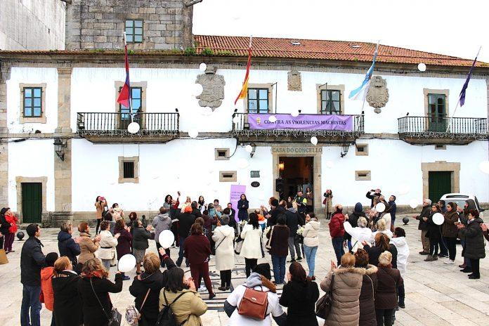 Baiona homenajea a las víctimas de violencia de género con la suelta de 40 globos blancos