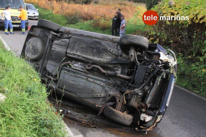 Un conductor ebrio vuelca con su coche tras golpear contra un muro de piedra en Mañufe