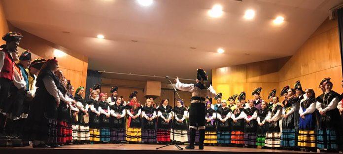 Magnífica actuación del Coro Tradicional Cantares do Brión en el centro cultural de Vincios